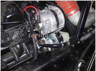 Фото 2. Компрессор установлен на двигателе автомобиля, с правой стороны.