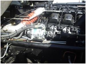 Фото 2. Компрессор установлен на двигателе автомобиля, с левой стороны.